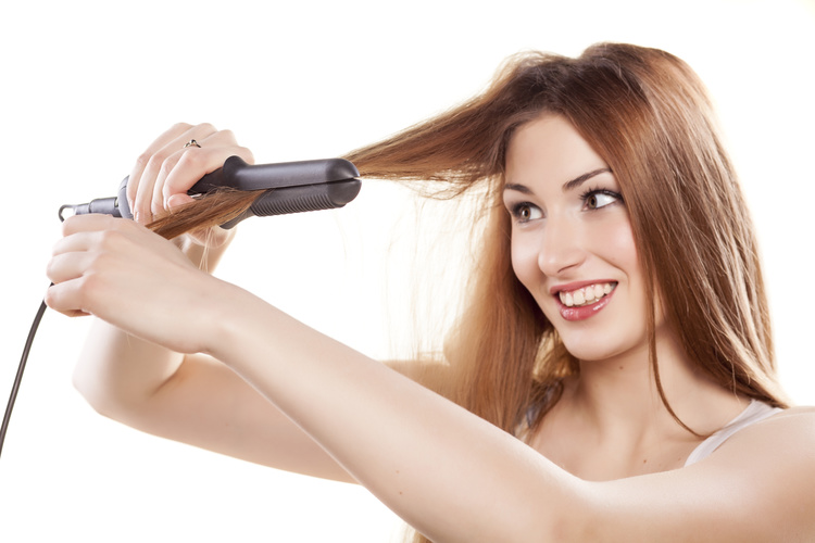 using-a-flat-iron-to-straighten-hair
