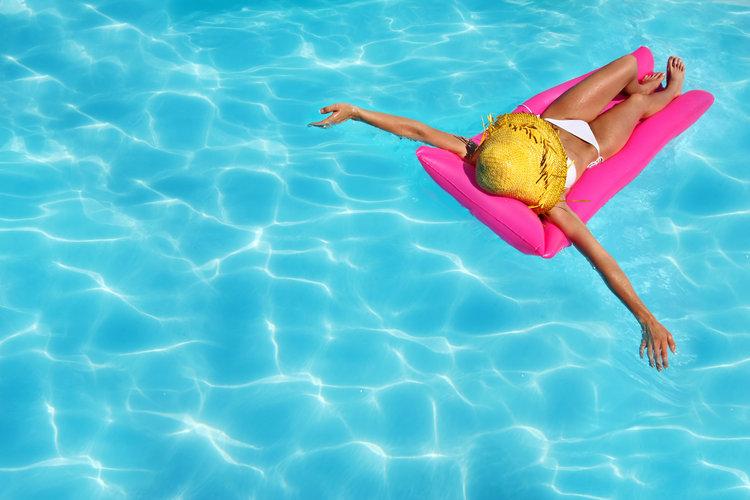 wearing_bikini_in_pool_relaxing