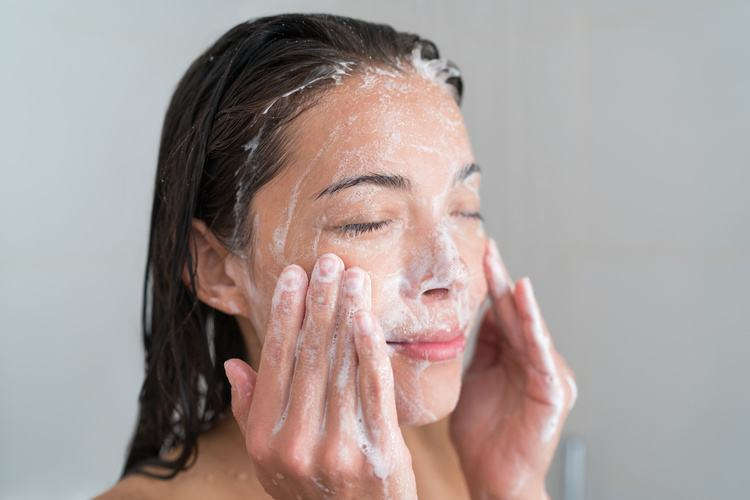 foaming-facewash-soap-scrub-on-skin